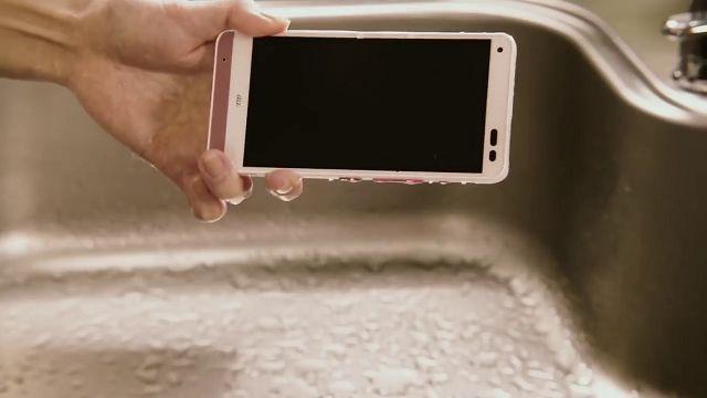 Bu Akıllı Telefon Sabunlu Suyla Temizlenebiliyor