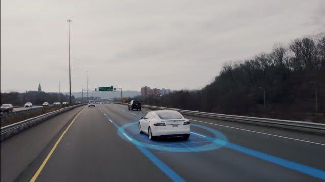 Tesla Model S Otomatik Pilotuyla Trafiğe Kök Söktürüyor!