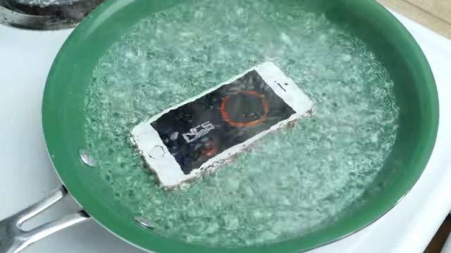 iPhone SE'yi Kaynar Suya Atarsanız Ne Olur?