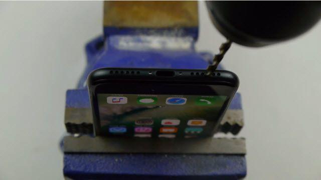 iPhone 7'ye Matkapla Kulaklık Girişi Açarsanız Ne Olur