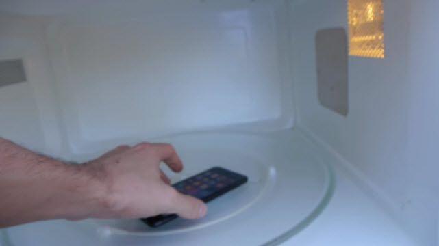 iPhone 7'yi Mikrodalga Fırına Atarsanız Ne Olur