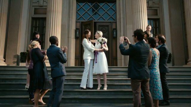 Outlook Reklam Videosunda İki Bayan Öpüşüyor