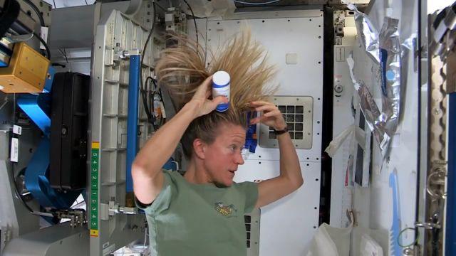 Uzayda Saçını Yıkadı