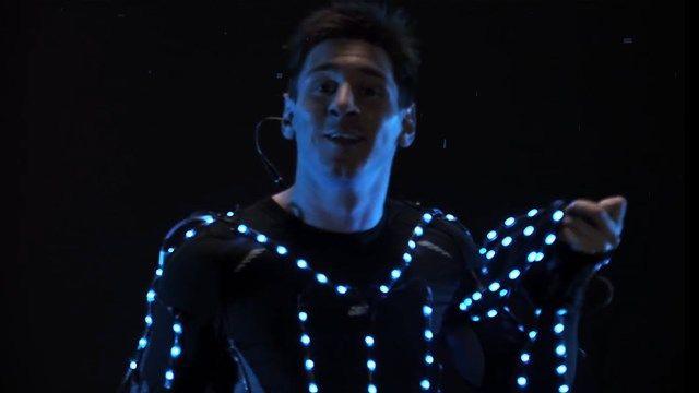 Messi, Ağır Çekimde LED Işıklarla Donatılmış Kostümüyle Koştu