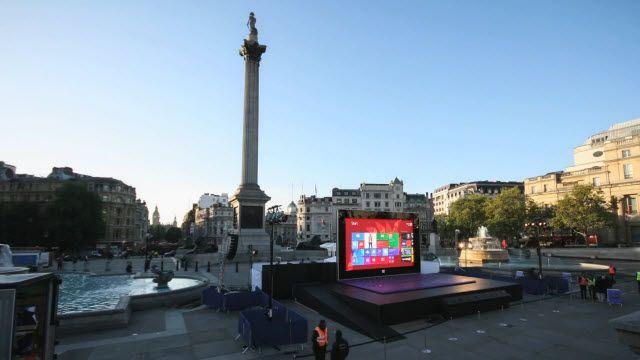 Microsoft'un Londra Şehir Merkezindeki Devasa Surface 2 Standı