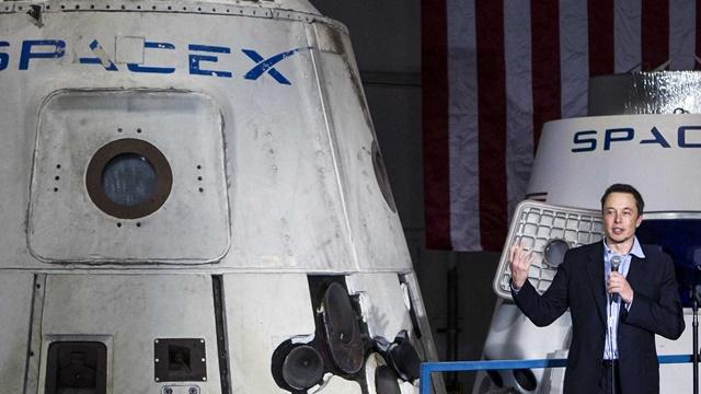 Elon Musk Yeni Uzay Kıyafetlerini Tanıttı